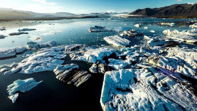 antenna: iceberg nel paesaggio artico - jokulsarlon islanda - ghiaccio galleggiante video stock e b–roll