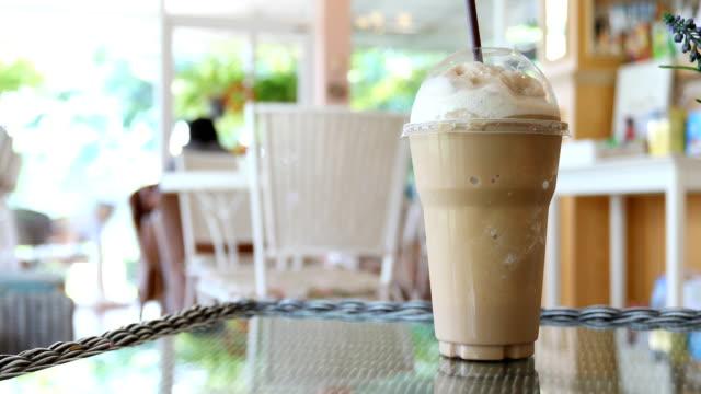 iskallt kaffe drink - iskaffe bildbanksvideor och videomaterial från bakom kulisserna