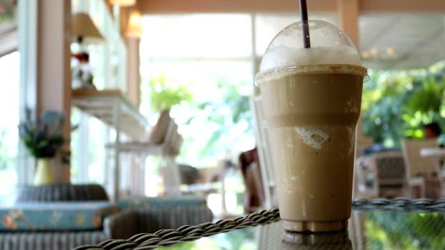 vídeos de stock e filmes b-roll de iced coffee frappe - café gelado
