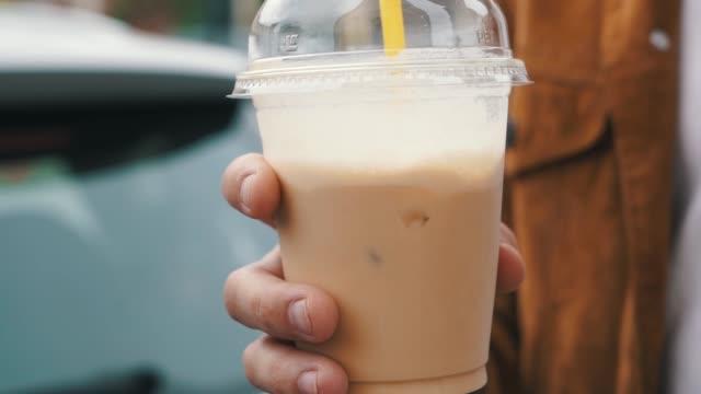 iskaffe i plast koppen - iskaffe bildbanksvideor och videomaterial från bakom kulisserna