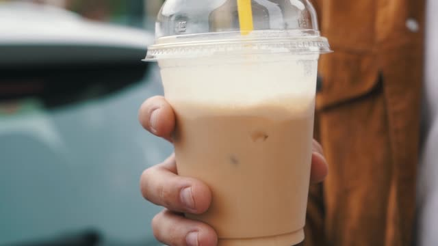 vídeos de stock e filmes b-roll de iced coffee in the plastic cup - café gelado
