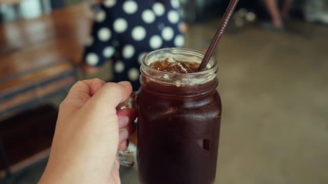 vídeos de stock e filmes b-roll de iced coffee, personal point of view - café gelado