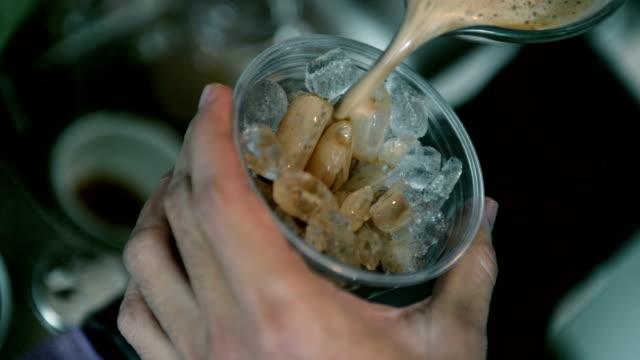 vídeos de stock e filmes b-roll de café gelado - café gelado