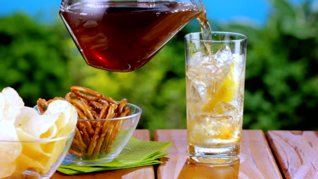 iced tea auf ein picknick - henkelkrug stock-videos und b-roll-filmmaterial