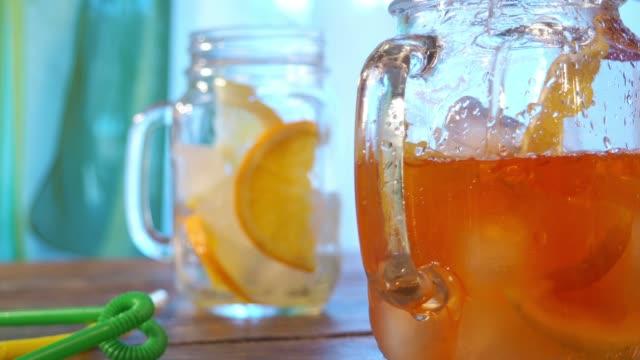 vídeos de stock, filmes e b-roll de chá gelado - tea drinks