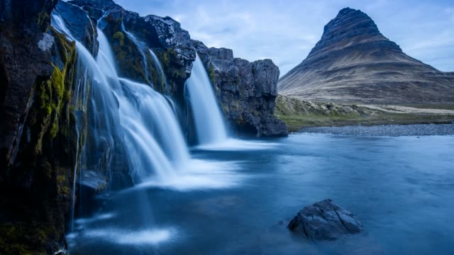iceland 4k timelapse photography of waterfall and famous mountain. kirkjufellsfoss and kirkjufell in northern iceland nature landscape - penisola video stock e b–roll