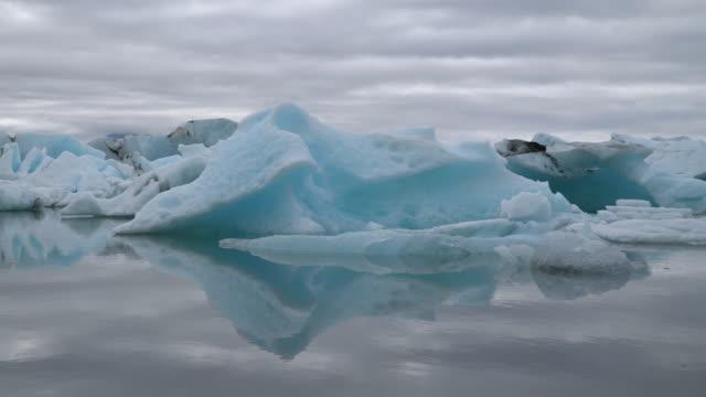 iceland jokulsarlon lagoon - ghiaccio galleggiante video stock e b–roll