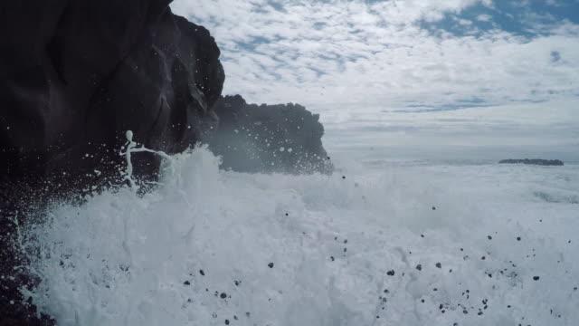 isländska kusten. svart, stenig strand - kontrastrik bildbanksvideor och videomaterial från bakom kulisserna