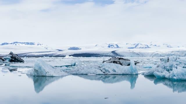 lago glaciale islandese jokulsarlon con iceberg che galleggiano nell'acqua - ghiaccio galleggiante video stock e b–roll