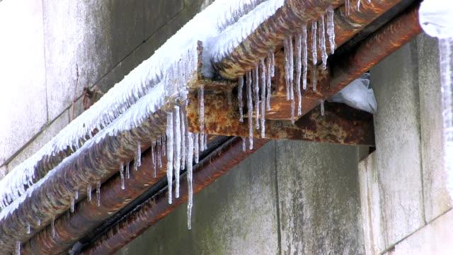 vídeos y material grabado en eventos de stock de oxidado icicles de montaje de tuberías - tubería