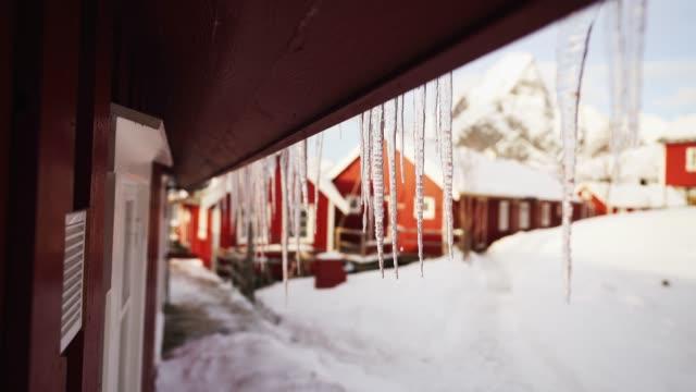istappar smälter i fiskebyn på lofoten på vintern - icicle bildbanksvideor och videomaterial från bakom kulisserna
