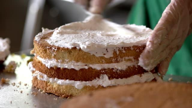 sahnehäubchen der obstkuchen. - zuckerguss stock-videos und b-roll-filmmaterial