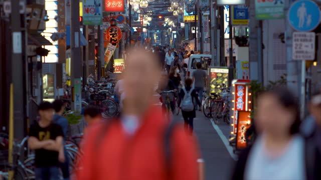 象徴的な道頓堀通り (スローモーション) - 街灯点の映像素材/bロール