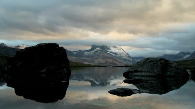 stockvideo's en b-roll-footage met iconische zwitserse berg matterhorn weerspiegelen in lake stellisee in de buurt van zermatt dorp zwitserland reizen europa wanderlust - zermatt