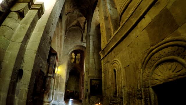 vídeos de stock, filmes e b-roll de ícones na igreja georgiana de paredes - castelo