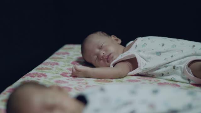 identical twins sleeping - soltanto neonati video stock e b–roll