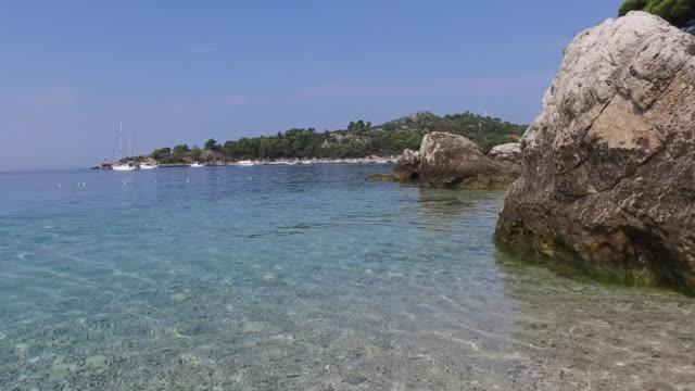 vídeos y material grabado en eventos de stock de idílica playa de mlini croacia - anclado