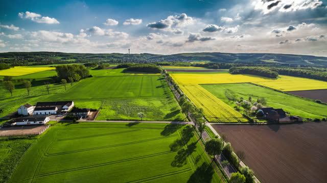 vídeos de stock e filmes b-roll de idyllic spring landscape in germany - aerial view - linha do horizonte sobre terra