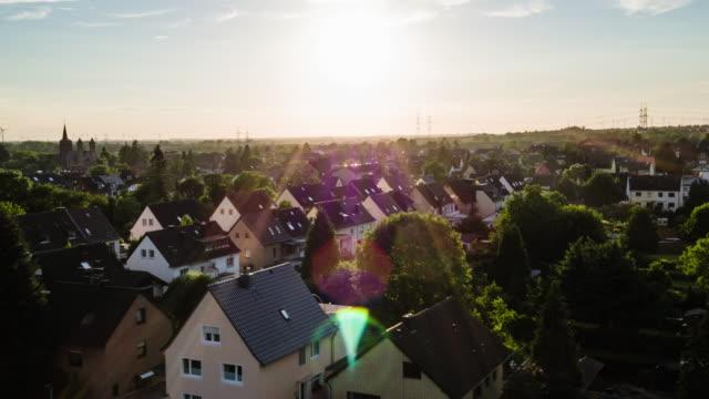 vídeos de stock, filmes e b-roll de antena: cidade idílica na alemanha - subúrbio