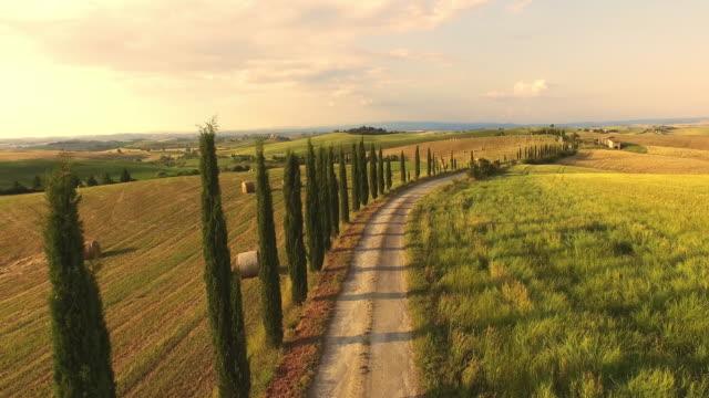 hava pastoral tuscan kırsal - toskana stok videoları ve detay görüntü çekimi