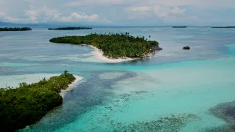 vista idilliaca delle isole tropicali di panama. oceano blu e giungla verde. veduta aerea - isola video stock e b–roll