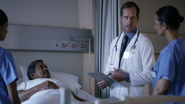wenn alles gut geht, können wir sie bald entlasten - krankenstation stock-videos und b-roll-filmmaterial