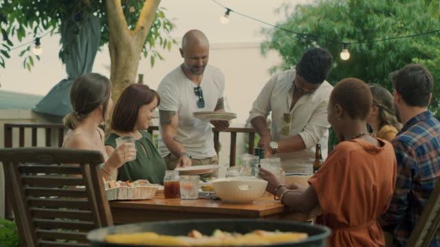 stockvideo's en b-roll-footage met als we eten delen, zijn we echte vrienden. - dineren