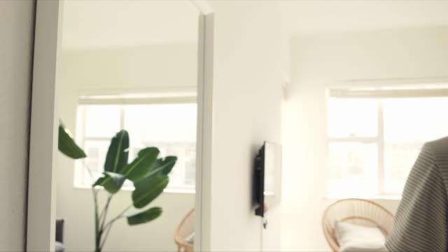 stockvideo's en b-roll-footage met als je uitgaat, doe het dan goed. - mirror mask