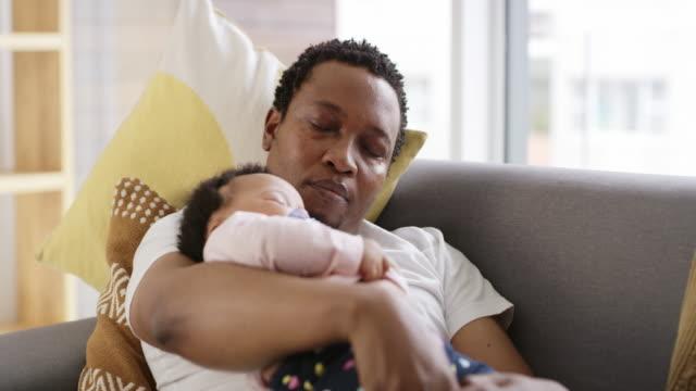 om du tror att du jobb är utmattande, försök föräldraskap! - baby sleeping bildbanksvideor och videomaterial från bakom kulisserna
