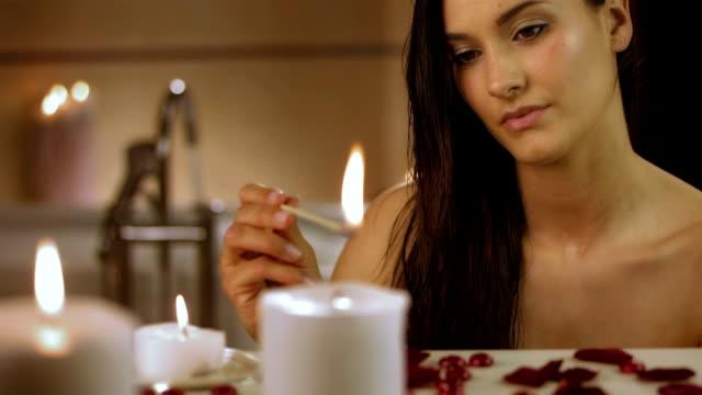HD: Allumer des bougies dans la salle de bains - Vidéo