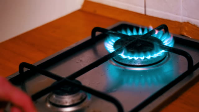 vídeos de stock e filmes b-roll de ignition of the gas in the burner on the home kitchen stove - great basin