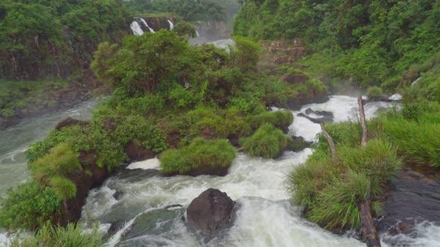 iguazu falls seen from the brasilian side of the national park - парагвай стоковые видео и кадры b-roll