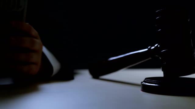 vídeos de stock e filmes b-roll de illegal auctions, black market, corrupt judge counting bribe money in dark room - corruption