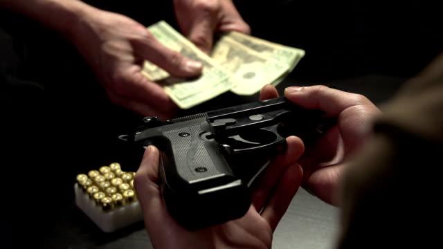 pistola illegale il commercio tra due uomini - proibizione video stock e b–roll