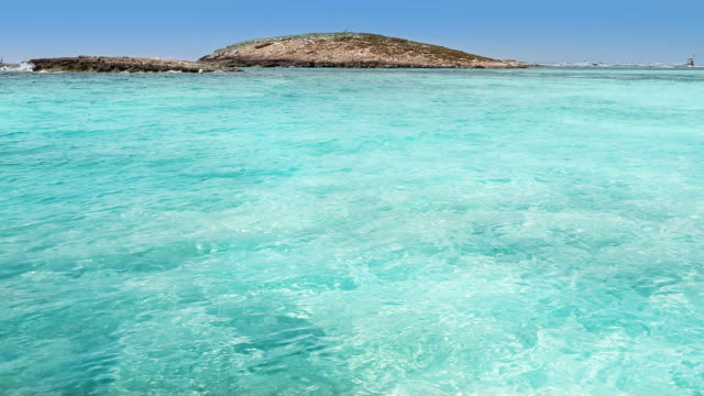 vídeos de stock e filmes b-roll de illetas vista mediterrâneo formentera praia azul turquesa - ibiza