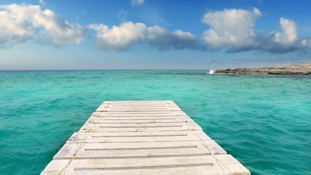 vídeos y material grabado en eventos de stock de de madera illetes beach pier al mar de formentera turquoise - embarcadero