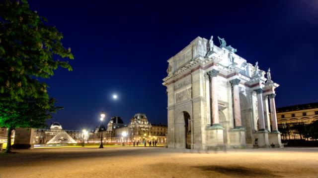 照明付きカルーゼル凱旋門に夜のタイムラプス - パリのファッション点の映像素材/bロール