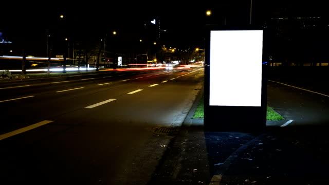 иллюминация рекламный щит ночью движение, замедленная съемка - коммерческий знак стоковые видео и кадры b-roll