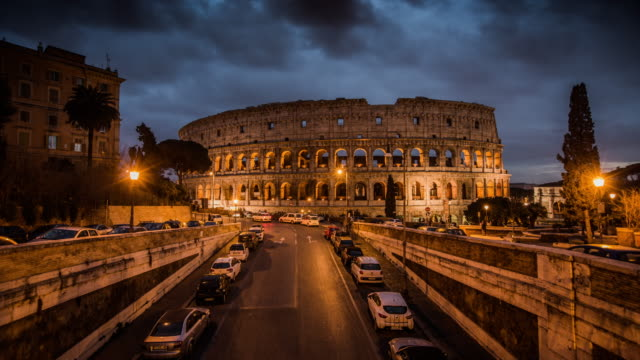 timelapse: illuminated coliseum at dusk, rome, italy - 4k cityscapes, landscapes & establishers - italian architecture stock videos & royalty-free footage