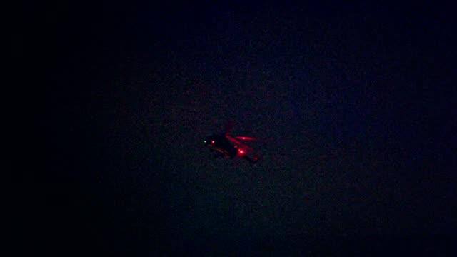 夜の街の上を飛んでライトアップ ヘリコプター - ヘリコプター点の映像素材/bロール