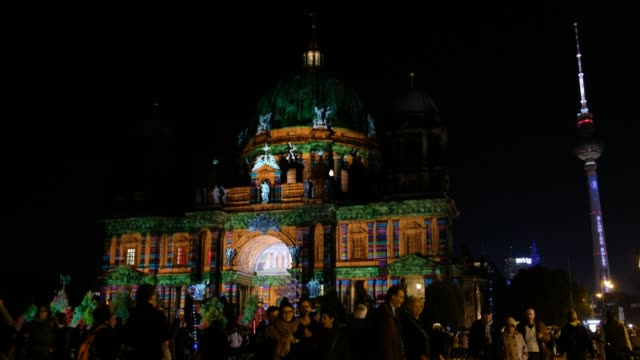 işıklı simgesel yapı (berlin katedrali / berliner dom) ve tv kulesi (fernsehturm) - kubbe stok videoları ve detay görüntü çekimi