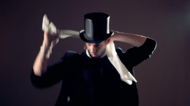 vidéos et rushes de illusionniste est nouer un foulard et de l'enlever par l'intermédiaire de son cou. - charmeur