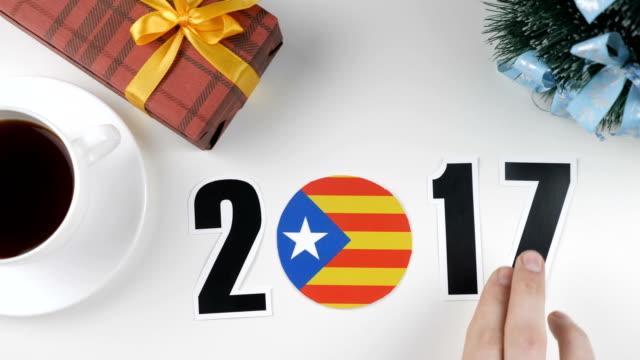 vidéos et rushes de illustration, nouvel an, des changements de main mâle l'an entre 2017 et 2018, drapeau de la catalogne, cauntry ball. - 2018