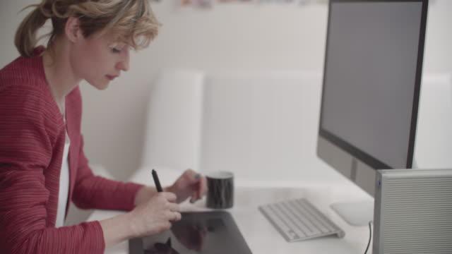 4 K : Illustratoren bei der Arbeit. – Video