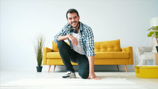 sono così orgoglioso della mia nuova casa. - tappeto video stock e b–roll