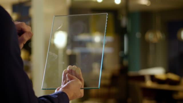 bild für grafische geräte. nahaufnahme einer hand, die eine holographie verwendet, um die lichter des hauses, das elektrodoment und die heizung zu steuern. - kalender icon stock-videos und b-roll-filmmaterial