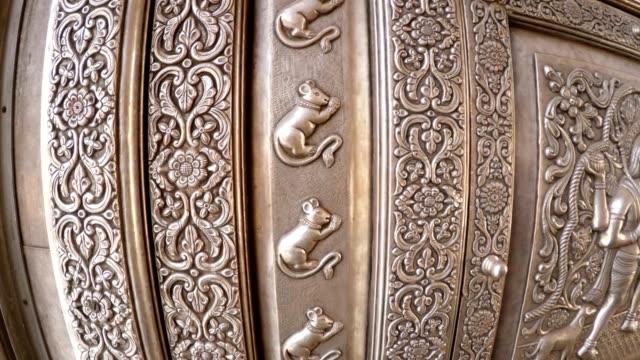 bild av möss gravyr på metall huvud grind karni mata templet rajasthan - india statue bildbanksvideor och videomaterial från bakom kulisserna