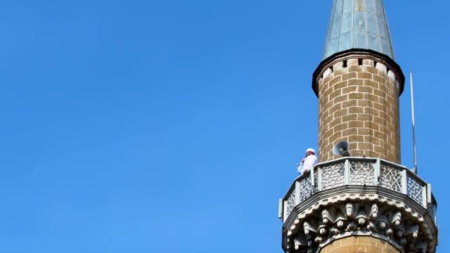 imam ringer för be på minaret - pilgrimsfärd bildbanksvideor och videomaterial från bakom kulisserna