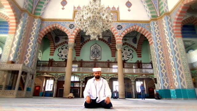 имам молится в мечети - ramadan kareem стоковые видео и кадры b-roll