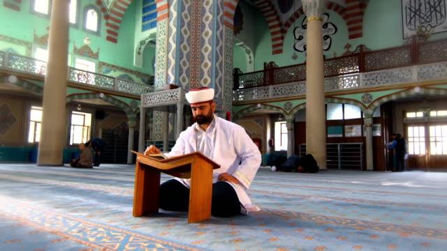 imam prays - pilgrimsfärd bildbanksvideor och videomaterial från bakom kulisserna